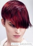 Sestříhaný účes z krátkých rovných vlasů červené barvy se světlým melírem a delší ofinou do čela