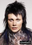 Silně sestříhaný účes z dlouhých rovných vlasů černé barvy, stylizovaný do rozcuchu
