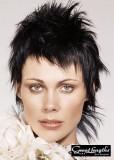 Krátký rozcuch z rovných vlasů černé barvy, s jemnou ofinou do čela