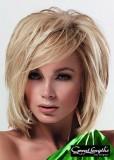 Elegantní mikádo z podfoukaných rovných vlasů blond barvy s pěšinou na straně