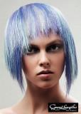 Extravagantní mikádo z rovných vlasů s ofinou do čela, v různých odstínech fialové