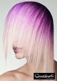 Extravagantní polodlouhý sestříhaný účes blond barvy s fialovým melírem
