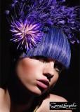Velmi exttravagantní účes z dlouhých rovných vlasů fialové barvy, s rovnou ofinou do čela
