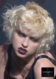 Krátké mikádo ze zvlněných vlasů stylizované do rozcuchu, blond barvy