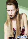 Částečně vyčesaný účes z dlouhých rovných vlasů světlehnědé barvy s blond melírem