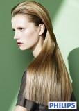 Účes z velmi dlouhých rovných vlasů světlehnědé barvy s blond melírem