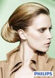 Elegantní společenský účes vyčesaný na temeni, z dlouhých rovných vlasů světlehnědé barvy s blond melírem