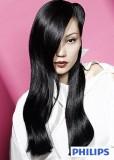Uhlazený účes z dlouhých rovných vlasů černé barvy s pěšinkou na straně