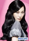 Půvabný účes  z dlouhých jemně zvlněných vlasů černé barvy s pěšinkou na straně