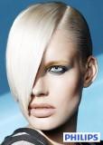 Asymetrické mikádo z krátkých rovných vlasů blond barvy, ve stylu punk