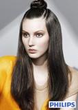 Vyčesaný uzel na temeni s volně spuštěnými dlouhými vlasy po straně, tmavohnědé barvy
