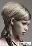 Polodlouhý sestříhaý účes z rovných vlasů blond barvy s hnědým melírem a pěšinkou na straně