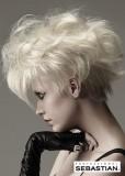 Krátký jemně zvlněný účes blond barvy, ve stylu 80tých let