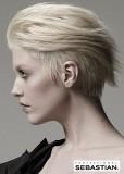 Sestříhaný účes z rovných krátkých vlasů blond barvy, na temeni delší