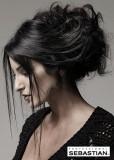 Vyčesaný společenský účes z dlouhých rovných vlasů černé barvy, s volně spuštěnými prameny