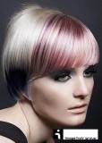Krátké mikádo z rovných vlasů blond barvy s melírem z pastelových barev