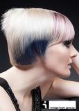 Krátký sestříhaný účes blond barvy s melírem a ofinou do čela