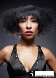 Polodlouhé mikádo z kudrnatých vlasů černé barvy ve stylu afro, černé barvy, s rovnou ofinou