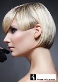 Krátké mikádo ve dvou délkách, blond barvy s melírem, s dlouhou ofiou do čela