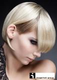 Krátké mikádo z rovných blond vlasů s melírem, s rovnou ofinou do čela