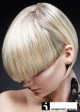 Elegantní krátké mikádo s dlouhou ofinou do čela, blond barvy s hnědým melírem