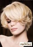 Mírně zvlněné mikádo z krátkých vlasů blond barvy, s pěšinkou na straně