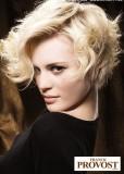 Krátké mikádo z mírně zvlněných rozcuchaných vlasů blond barvy s pěšinou na straně