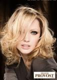 Sexy polodlouhý účes z vlnitých vlasů blond barvy, s pěšinkou na straně