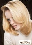 Sestříhané mikádo z polodlouhých rovných vlasů blond barvy, s pěšinkou na straně