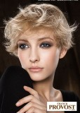 Krátký rozcuch z rovných prostříhaných vlasů blond barvy