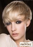 Krátký mírně prostříhaný účes z rovných vlasů blond barvy, s rovnou ofinou do čela