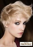 Krátký sestříhaný účes z rovných blond vlasů, s ofinou vyčesanou z temene do vlnky