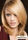 Polodlouhý účes z rovných blond vlasů, dole mírně sestříhaný, s pěšinkou na straně