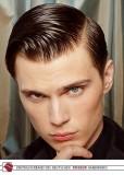 Krátký pánský účes z rovných uhlazených vlasů hnědé barvy, mokrého vzhledu s výraznou pěšinou na straně