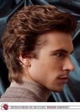 Pánský elegantní účes z krátkých vlasů načesaných dozadu, hnědé barvy